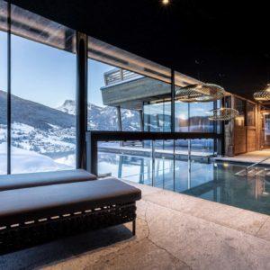 Hotel Niblea Dolomites, Ganzglasfassade und Schwimmbadschleuse