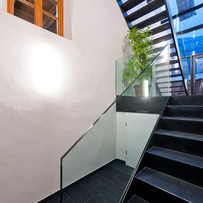 Glas-Stahltreppe, Rasenfix