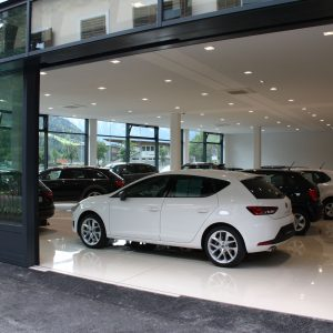 Automatische Fassadenöffnung, Autohaus