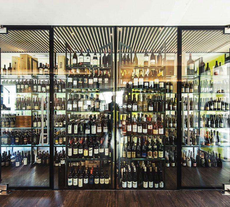 Filigrane Weinschränke - Automatische Türen - Glas und Metall ...